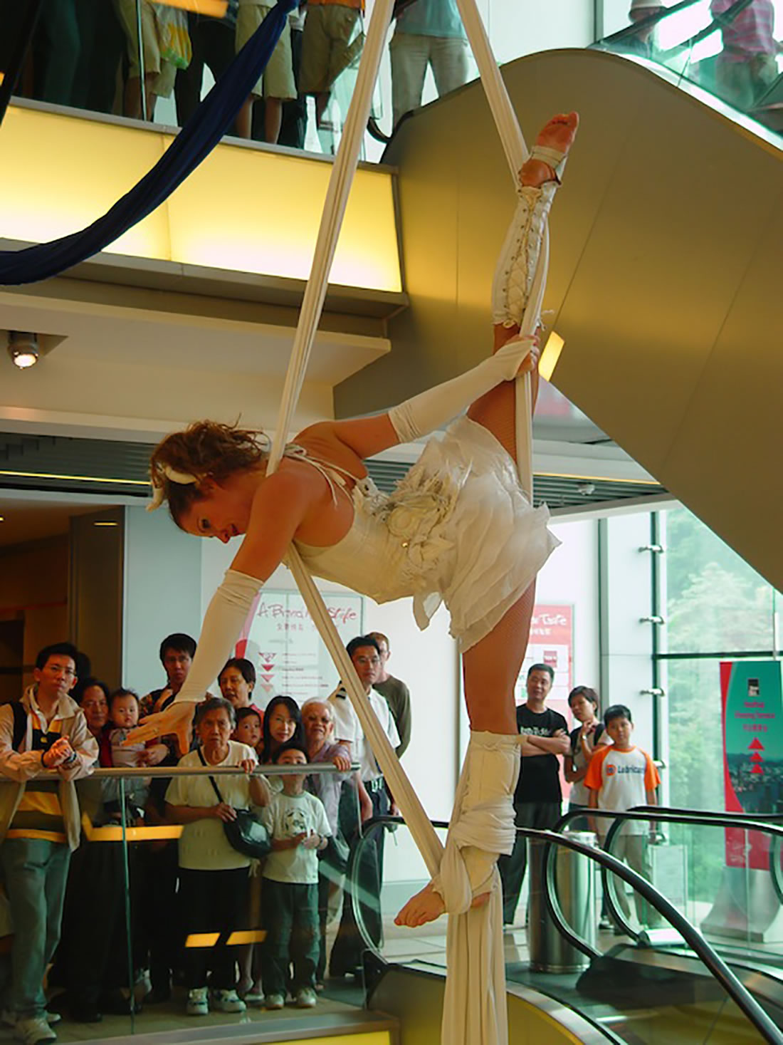 Aerial Shows - Silks Gallery - Hong Kong The Peak